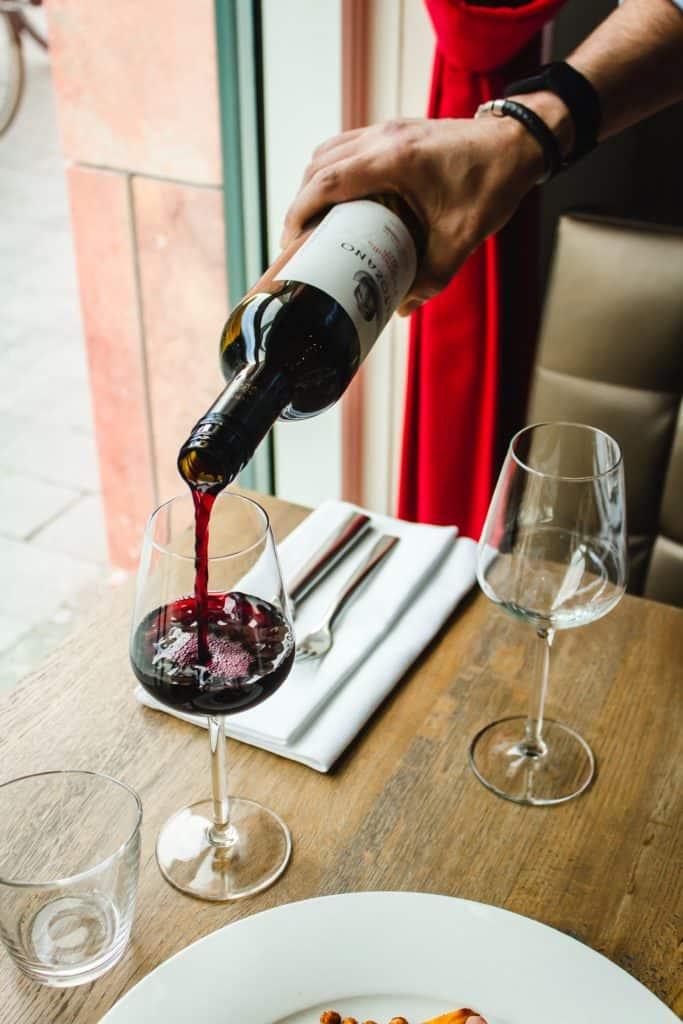 Service du vin à table