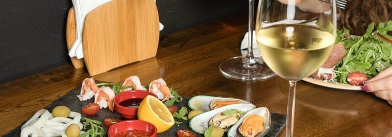Image de nourriture avec du vin sur une table