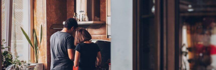 Un couple qui fait de la cuisine