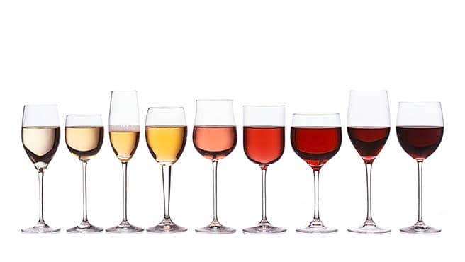 Des verres de remplis à moitié de vin