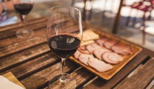 Verre de vin rouge avec des charcuteries