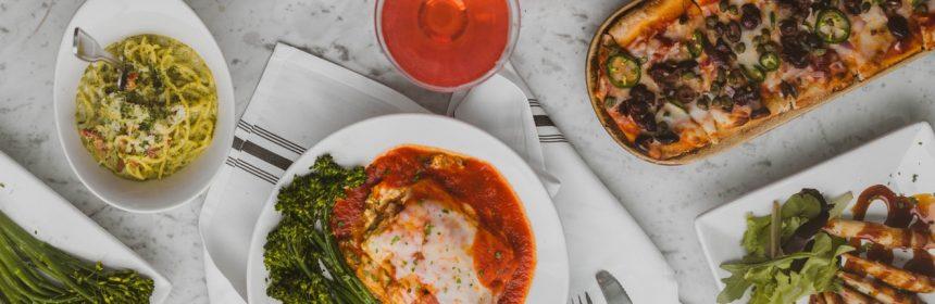 Des mets italiens sur une table