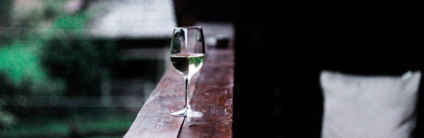 Verre de vin blanc sur la galerie