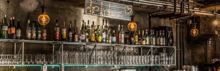 Um bar avec des spiritueux