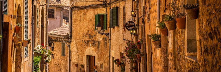 Image de rue de village en Espagne